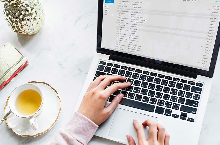 e-mail marketing su un computer portatile