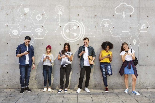 Diverse persone che usano lo smartphone